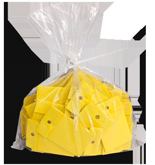Tombolalose mit Ösenverschluss abgepackt in einem Plastiksack